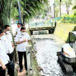 Pemkot Manado Kerahkan Alat Berat, Keruk Lumpur dan Sampah di Anak Sungai Tikala